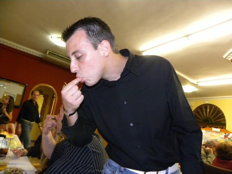 Jaime comiendo caracoles.