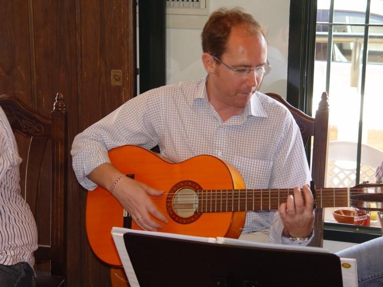 El otro Rafita con su guitarrita.